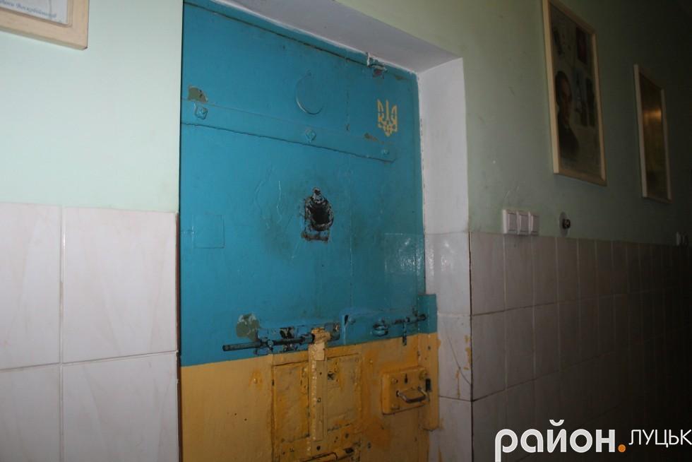 Двері у камеру,  де утримують в'язнів