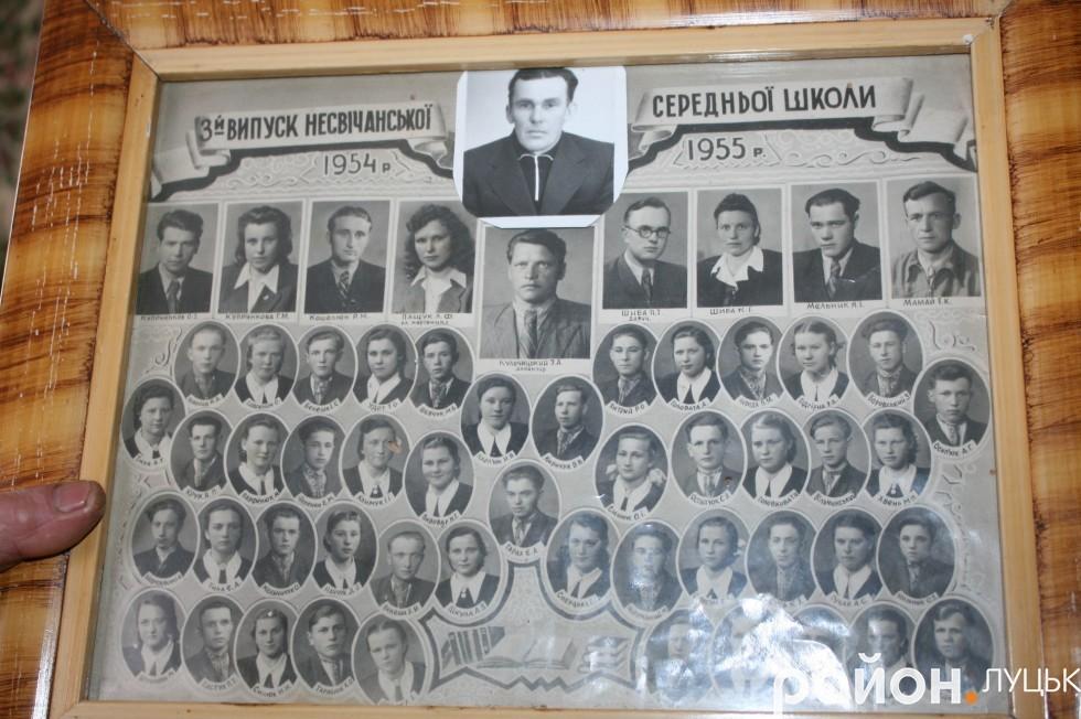 На випускній світлині зі школи замість Леніна у центрі, Лідія Яцкова помістила фото свого вождя - люблячого чоловіка