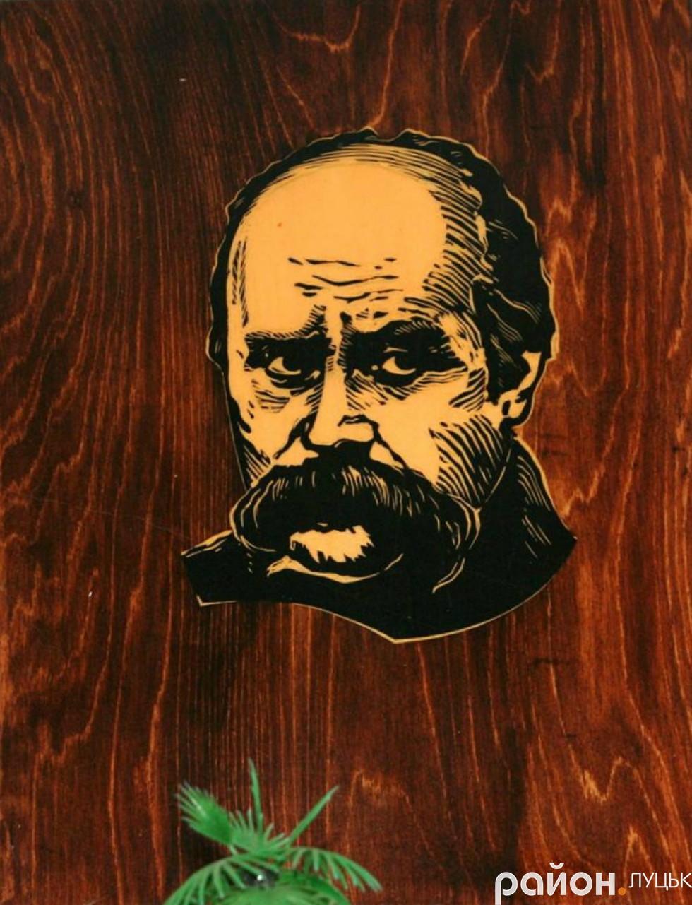 На стіні біля шкільної світлини - портрет Тараса Шеченка, доля якого, каже Лідія Яцкова,теж була нелегкою, як і в їхнього подружжя