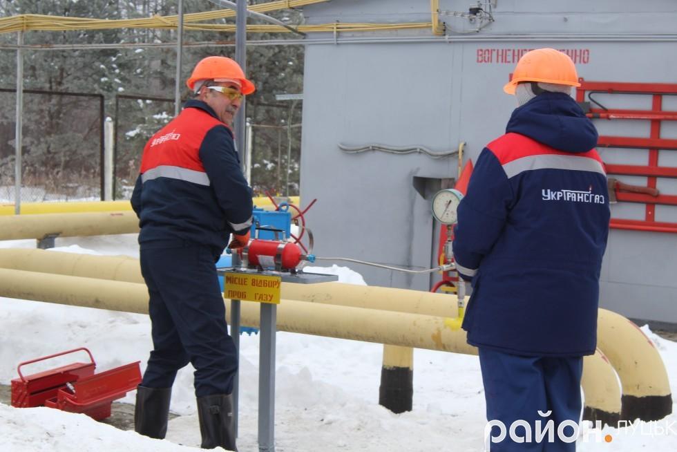 Працівники Укртрансгазу беруть проби блакитного палива для здійснення аналізу