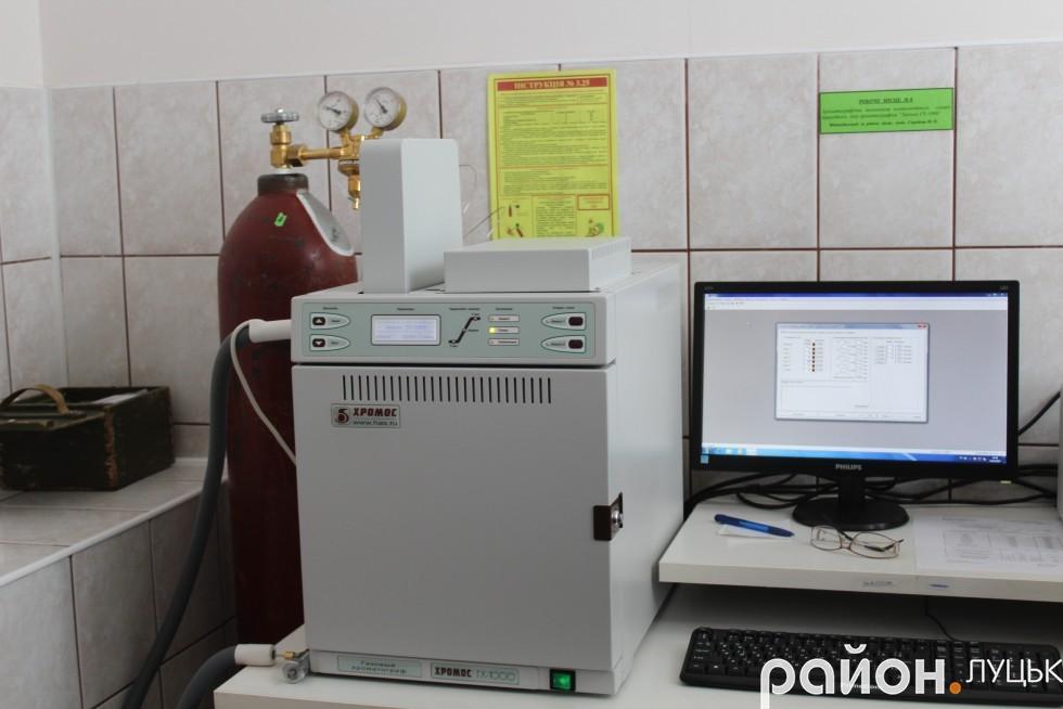 Хроматограф, який визначає якість природного газу