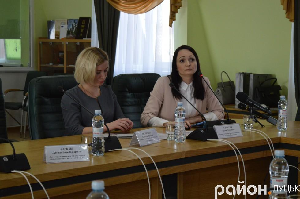 Праворуч Ірина Момотюк,  перший заступник директора Північно-Західного регіонального управління ПриватБанку