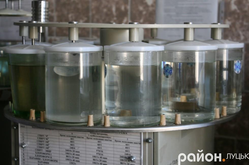 Частинки тканин добу перебувають у хімічних розчинах