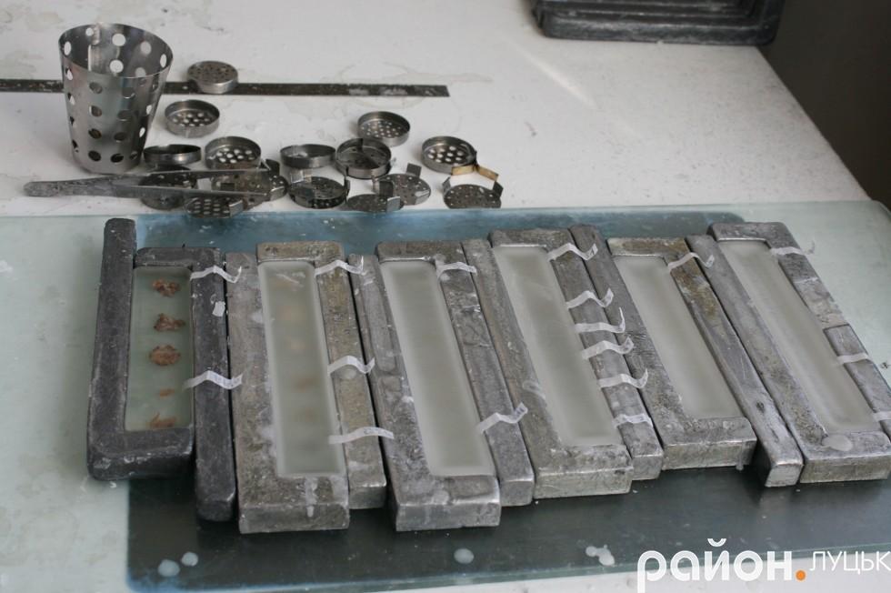 Зразки тканин залили парафіном. Після того,  як блоки застигнуть, їх відправляють лаборантам для здійснення зрізів