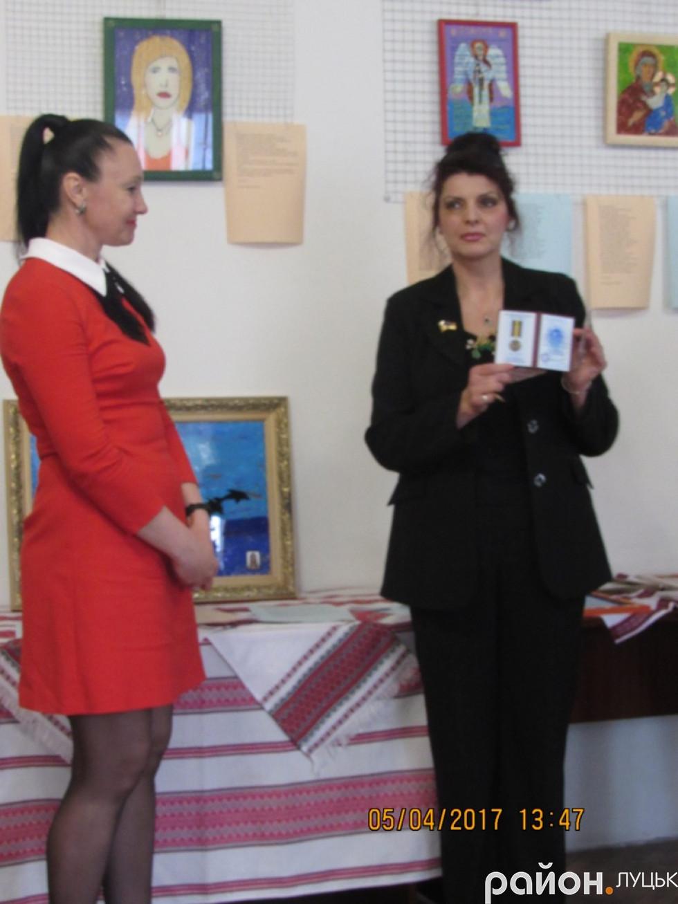 Волонтерка Iрина Захарченко нагороджує народною медаллю волонтерку Iнну Голдованську