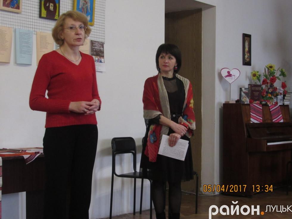 Тетяна Бiлiнскi розповiдає iсторiю онкохворого бiйця (злiва)