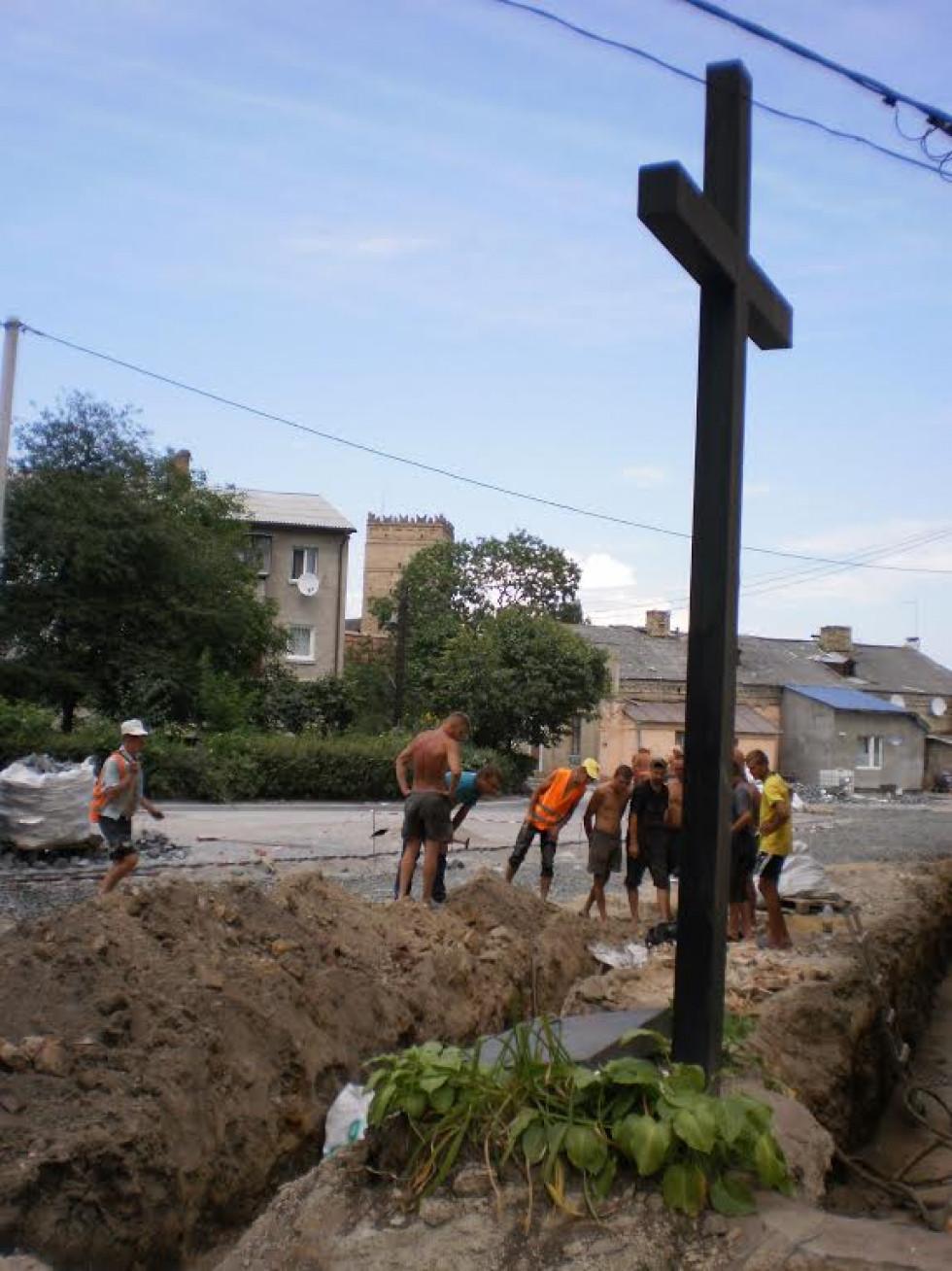 Фото 2016 року, вул. Кафедральній, 16. Перша розвідкова траншея, локалізація братської могили розстріляних в'язнів  –  «… під самою тюрмою»
