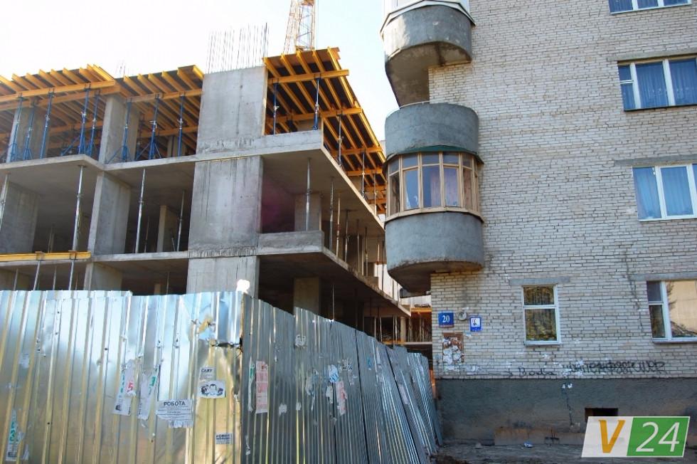 Аби ''відбити'' витрачені кошти на укріплення сусіднього будинку, забудовники розширили площу новобудови