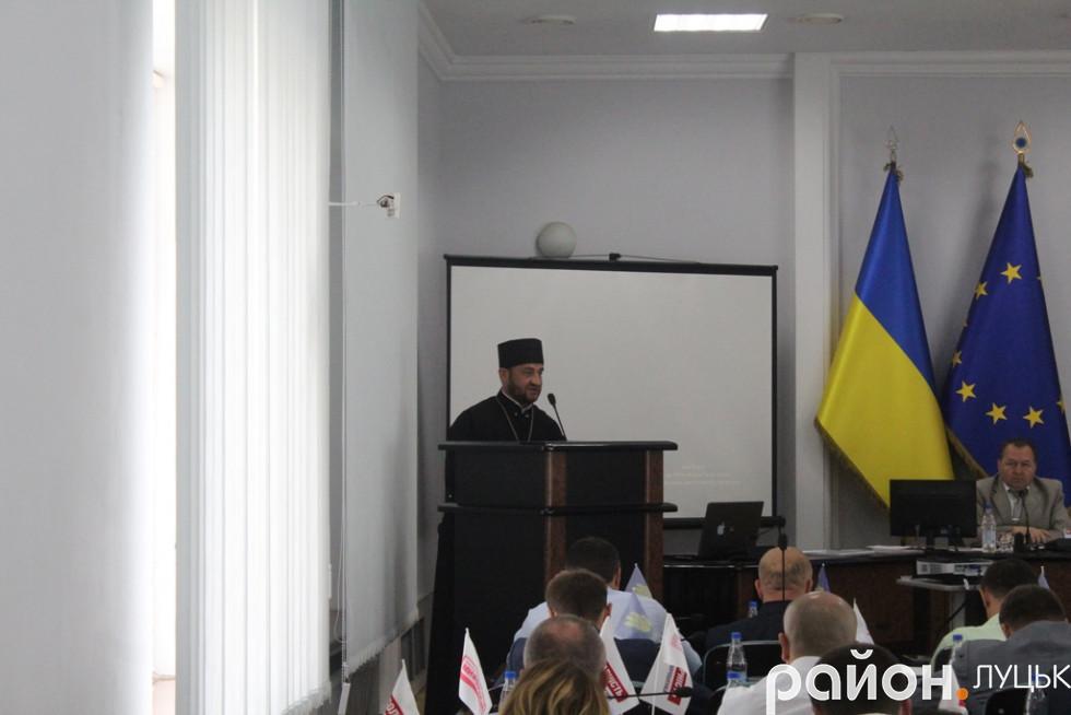 Отець Олександр Вронський під час емоційної промови