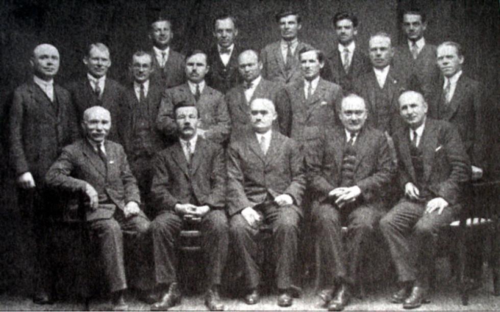 Члени конференції УСДРП в Подeбрадах 1928 року. Микола Ковальський сидить посередині