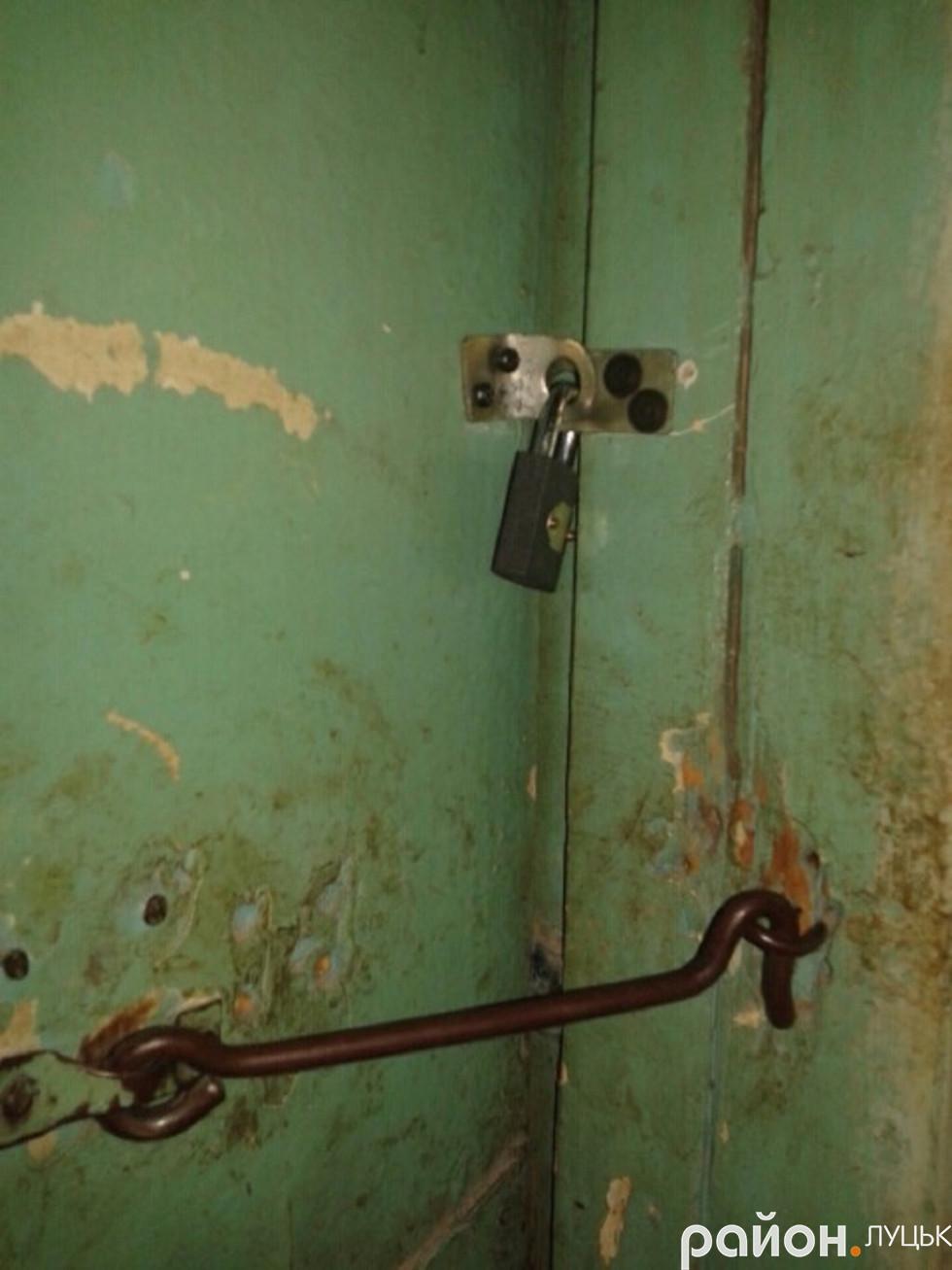 Сім'я Данилюків обмежила сусідам доступ до туалету загального користування