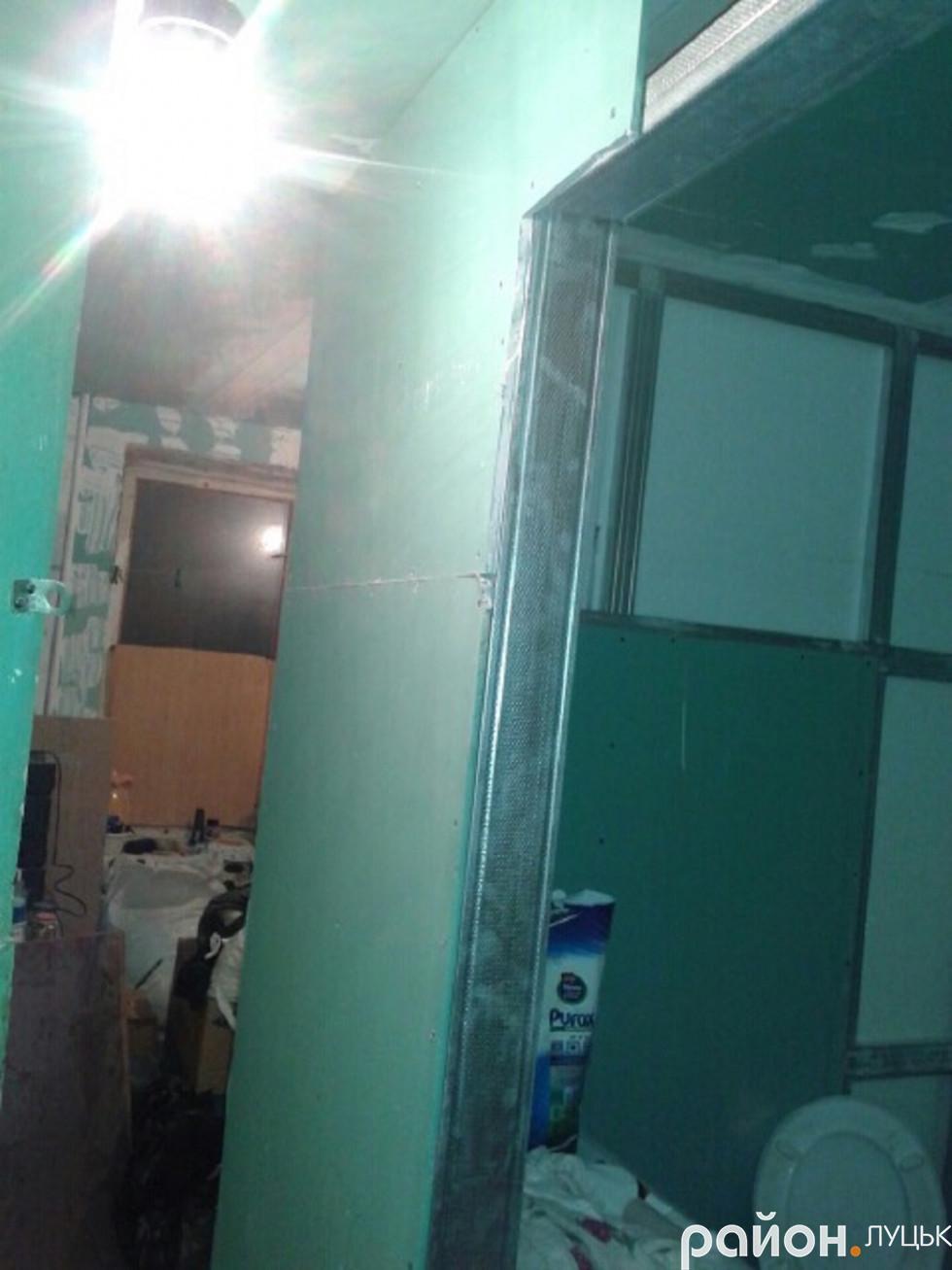 Туалет загального користування після реконструкції, проведеної сім'єю Данилюків