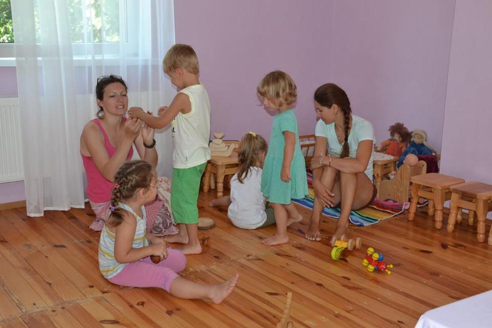 Так виглядають заняття у вальдорфському садочку. Фото з Facebook-сторінки Вальдорф-Луцьк (Waldorf-Lutsk)