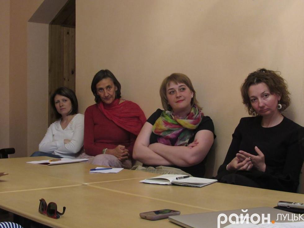 Руслана Гудим (крайня справа) розповідає, що вчитель має любити і горіти тим, про що розповідає