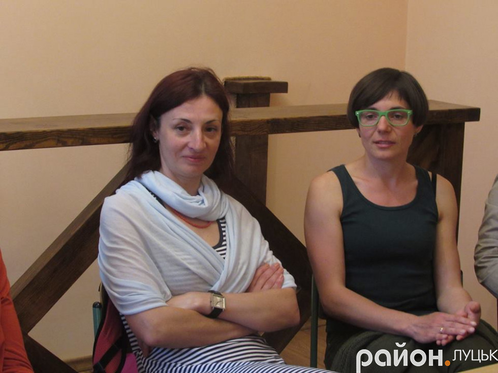Молода мама Вікторія Шевчук (справа) розповідає, що її сину в освітньому центрі «Коло» подобається значно більше, ніж у школі