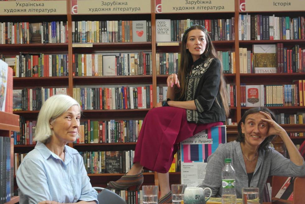 Доценти вальдорфської школи (Крістіне Морф - зліва та Крістіане Ляйсте справа) разом з її ідейницею Юлією Марушко (в центрі) розповідають про таку методику освіти у книгарні «Є. Фото Ірини Кунинець