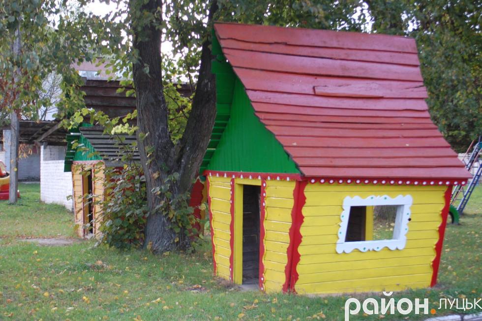 Біля дитячого садочка в Рокинях