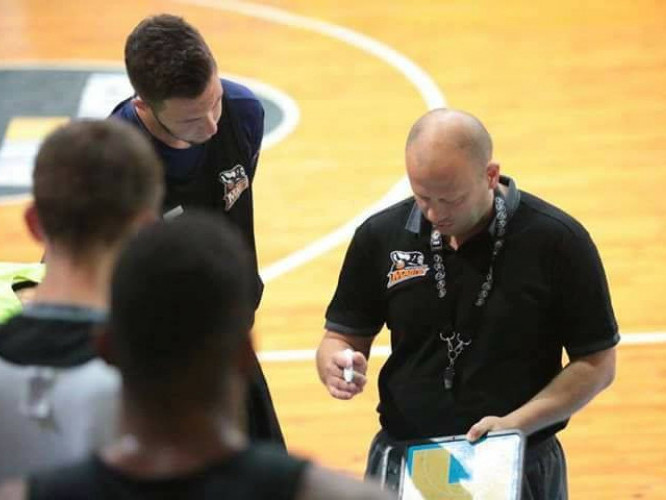Максим Дейна уважно слухає тренера