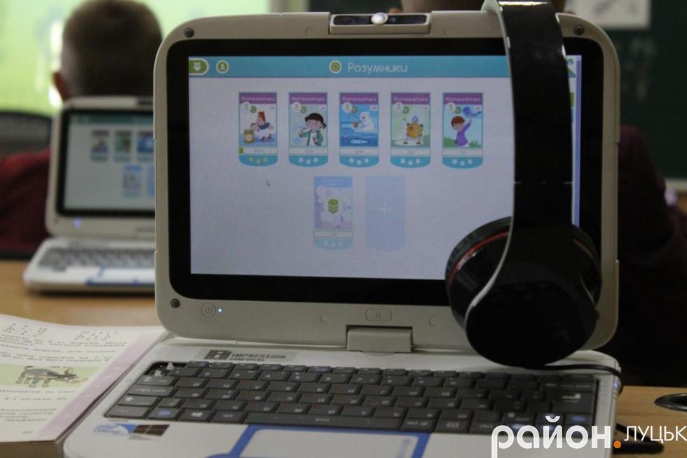 Діти користуються нетбуками під час занять з української мови та математики