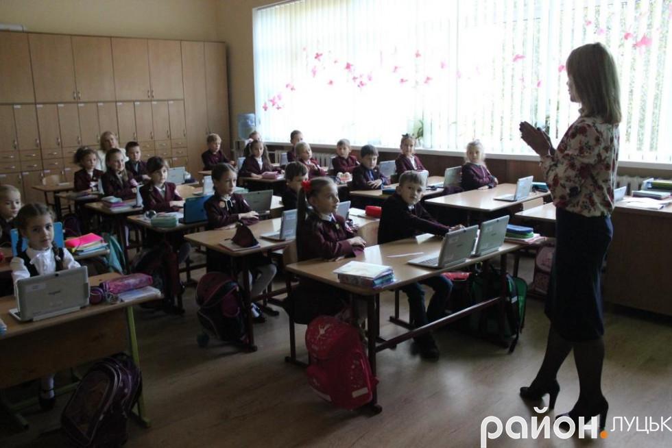 Після користування пристроями учні роблять розминку для очей і пальців