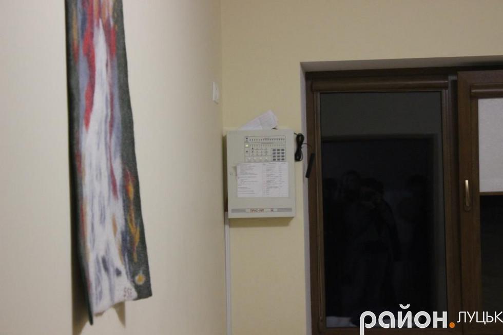 У кімнаті для персоналу є спеціальні прилади, що дозволяють бачити, кому зпацієнтів потрібна їх допомога