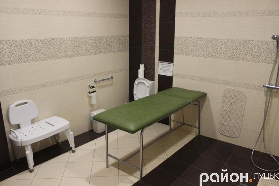Для людей, що проходять реабілітацію, тут є кімнати з можливістю тимчасового проживання, спортзал, реабілітаційна кімната та санвузли