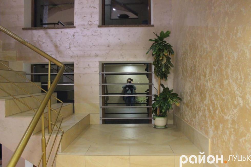 Триповерхове приміщення зі світлими стінами та зеленню в коридорах справляє враження місця, у якому хочеться боротися за життя