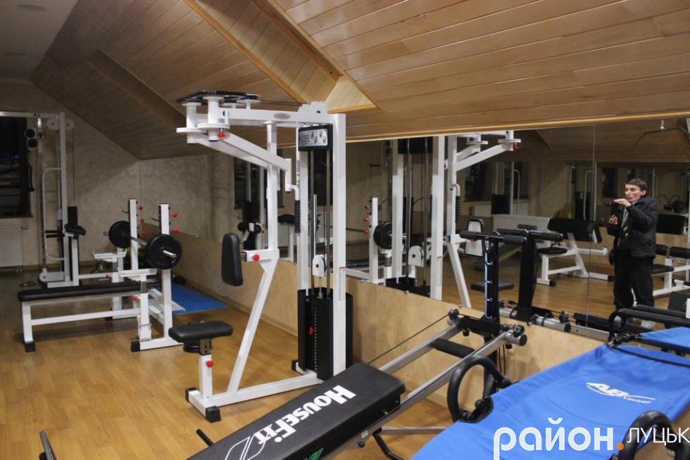 Для пацієнтів центру діє спортзал, де вони можуть виконати додаткове навантаження
