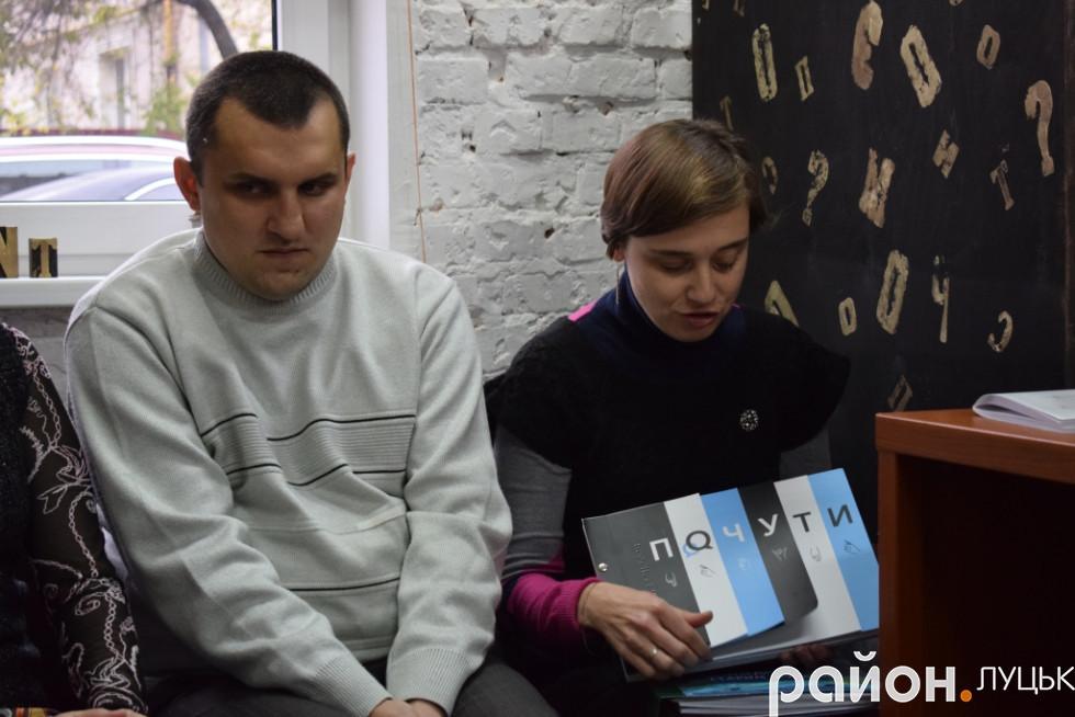 Ганна Серпутько тримає у руках книгу «Почути»