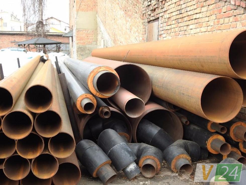 Ліворуч – звичайні труби, з яких складається 90 % луцьких тепломереж. Праворуч – кілька сучасних, попередньо ізольованих