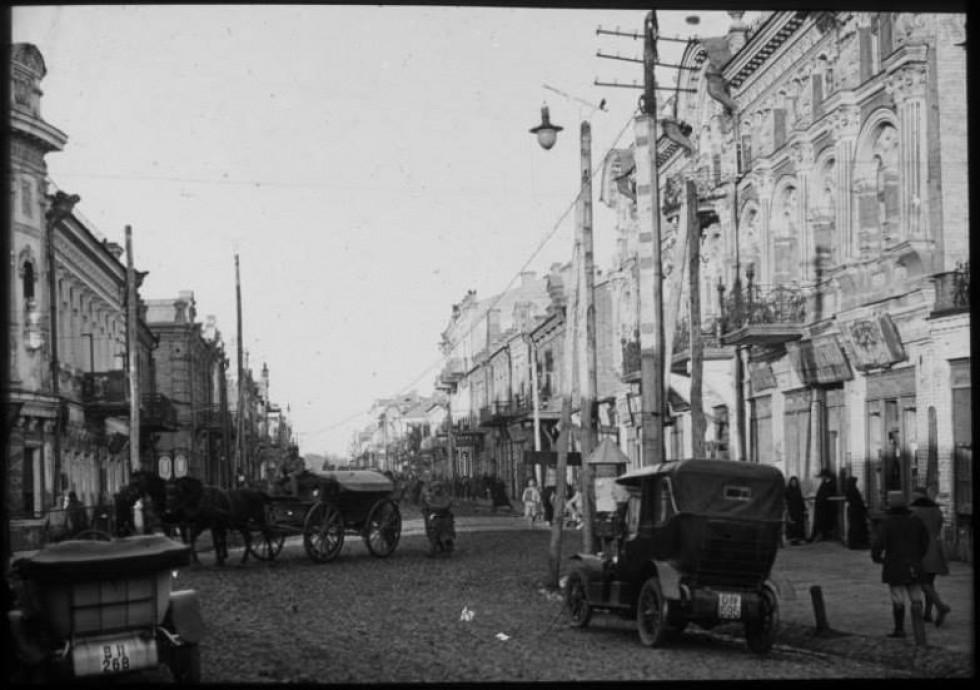 Автомобілі і гужовий транспорт у центрі міста