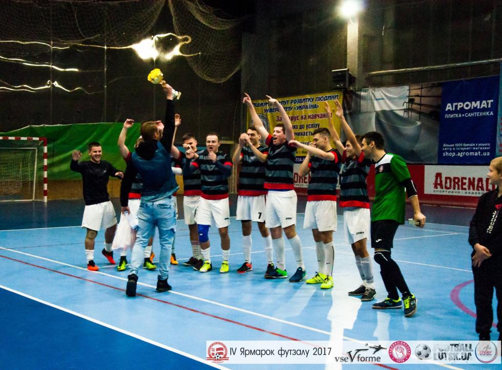 Капітан «Бренд груп» Олександр Лисенко символічно підкидує переможний кубок «Ярмарку футзалу - 2017» перед партнерами по команді