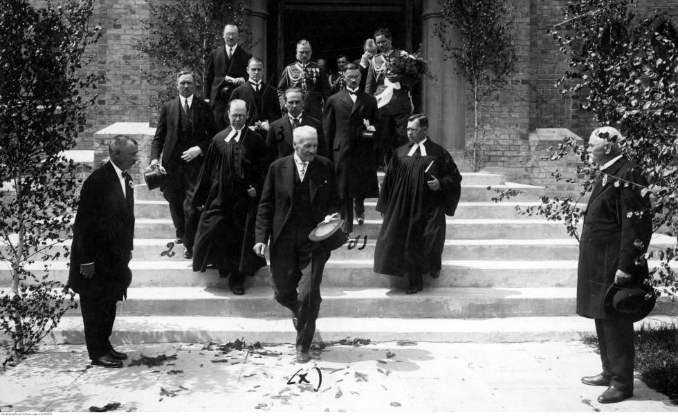 Президент Мосціцький з делегацією виходить з кірхи. Фото національного цифрового архіву Польщі