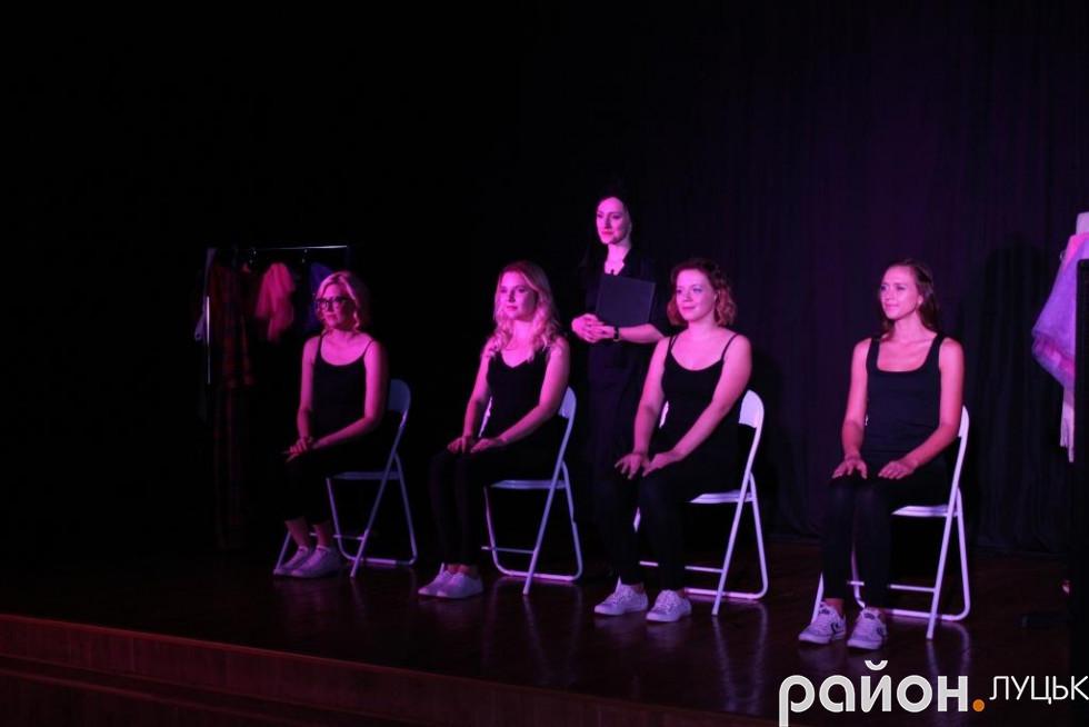 На сцені розказали чотири стереотипні історії з життя жінок