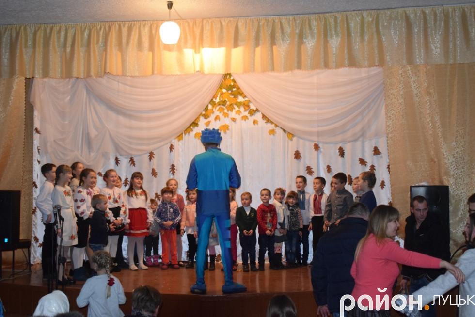 Після концерту діти залишилися погратися з героєм мультсеріалу «Фіксики»