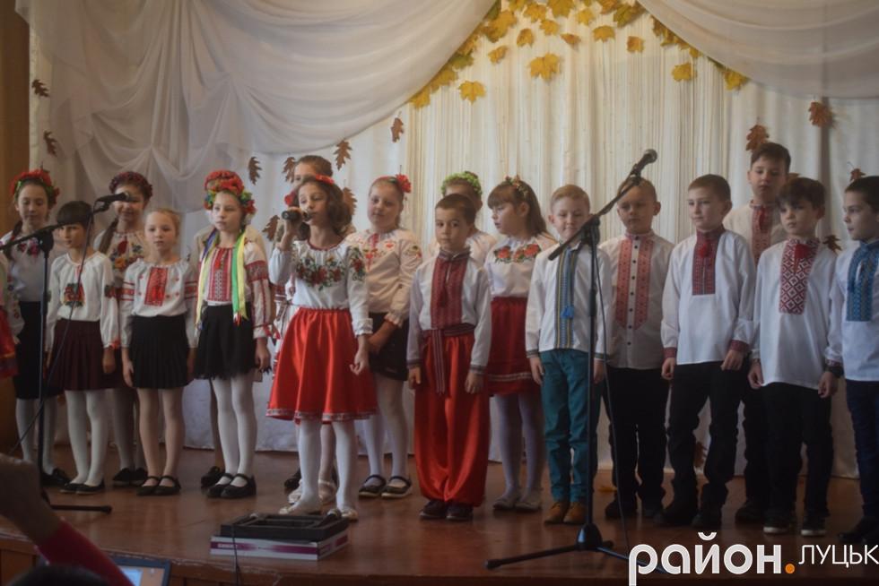 Свої номери концертної програми на потіху місцевим жителям та батькам демонстрували «Козаки»