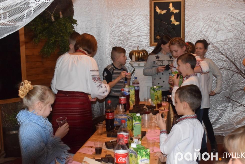 Не забули організатори свята і про «солодкий стіл» для місцевих дітлахів