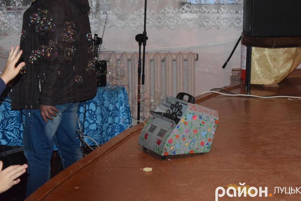Загадкова чарівна машина, яка наповнювала актовий зал клубу села Милуші тими чудернацькими бульбашками