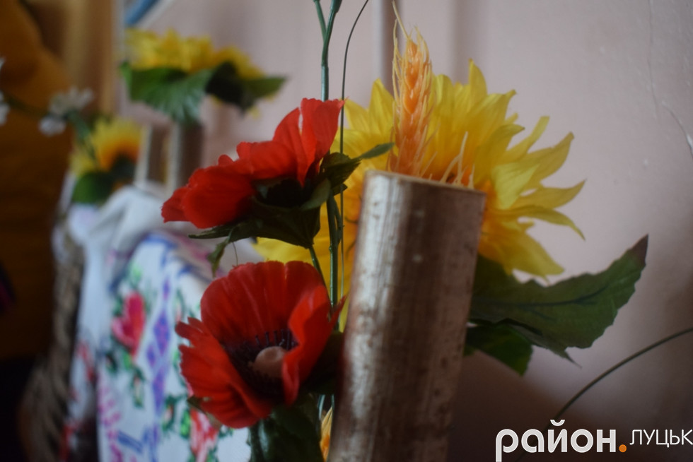 Гарна композиція квітів та вишивки - неодмінний атрибут дня українського села