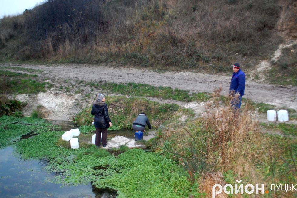 Гості та місцеві жителі прийшли набрати води