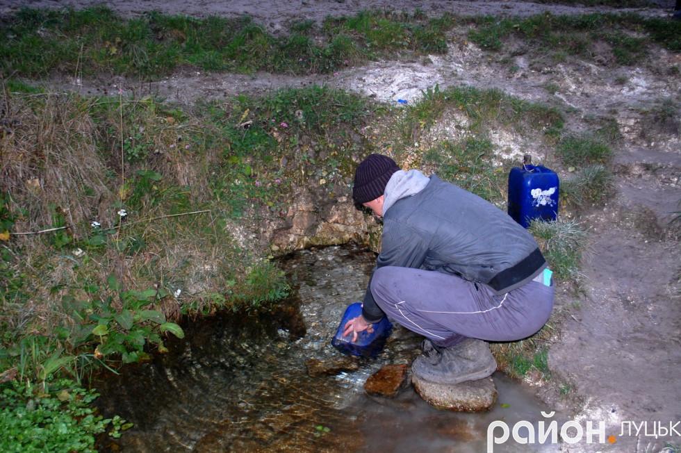 Місцевий житель Віктор набирає воду додому