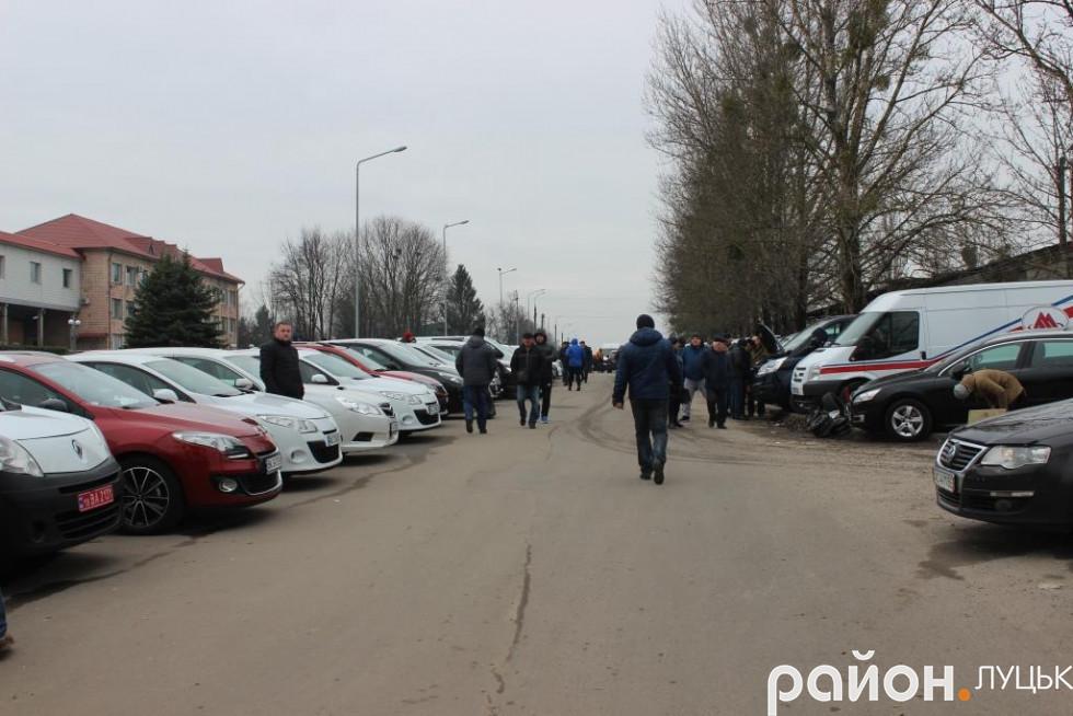 Автівки стоять обабіч під'їзду до ринку