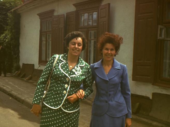 Жінки у милих кольорових костюмах гуляють Луцьком
