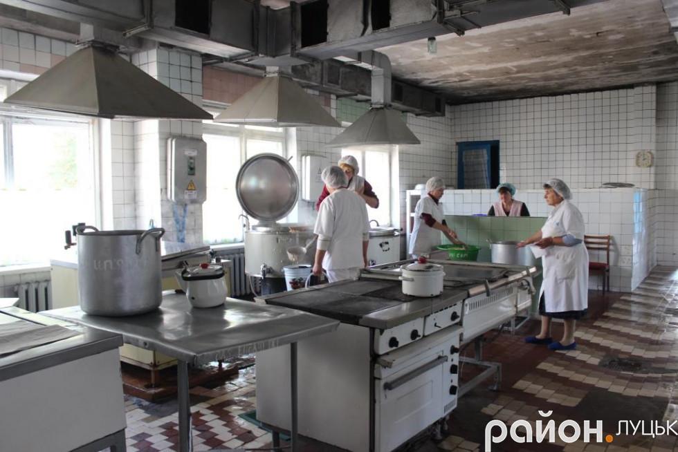 Готують їжу для пацієнтів семеро працівниць харчоблоку
