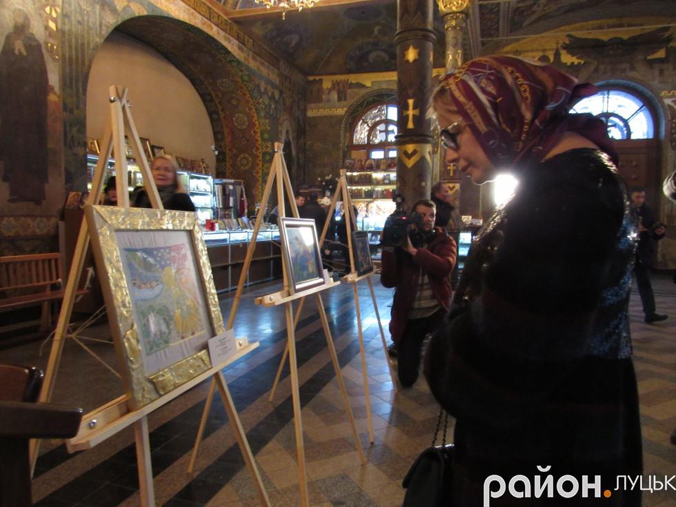 Ганна Герман придивляється до ікони луцької майстрині