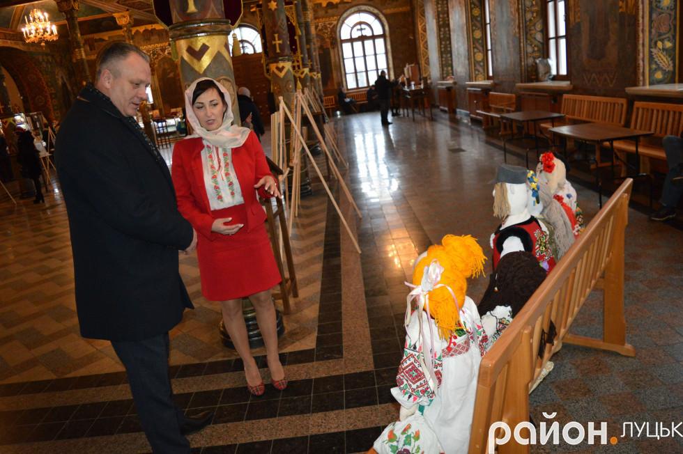 Юлія Токарська разом з відвідувачами розглядає свої ляльки