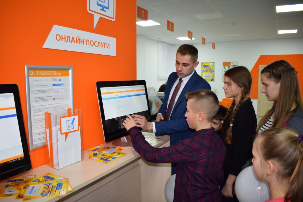 Юрій Петрук навчає дітей, як користуватися Особистим кабінетом