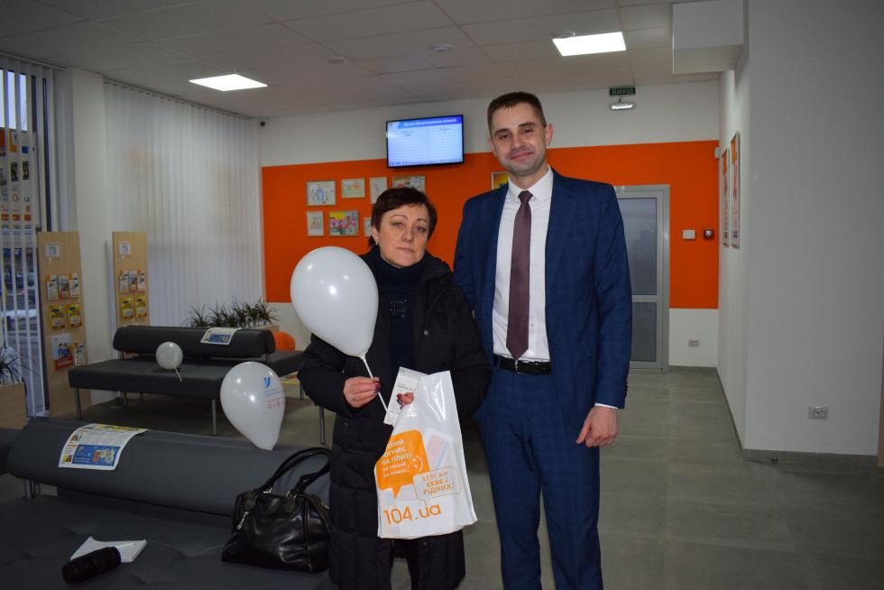 Переможниця Зінаїда Давидюк отримала свій новий мобільний телефон