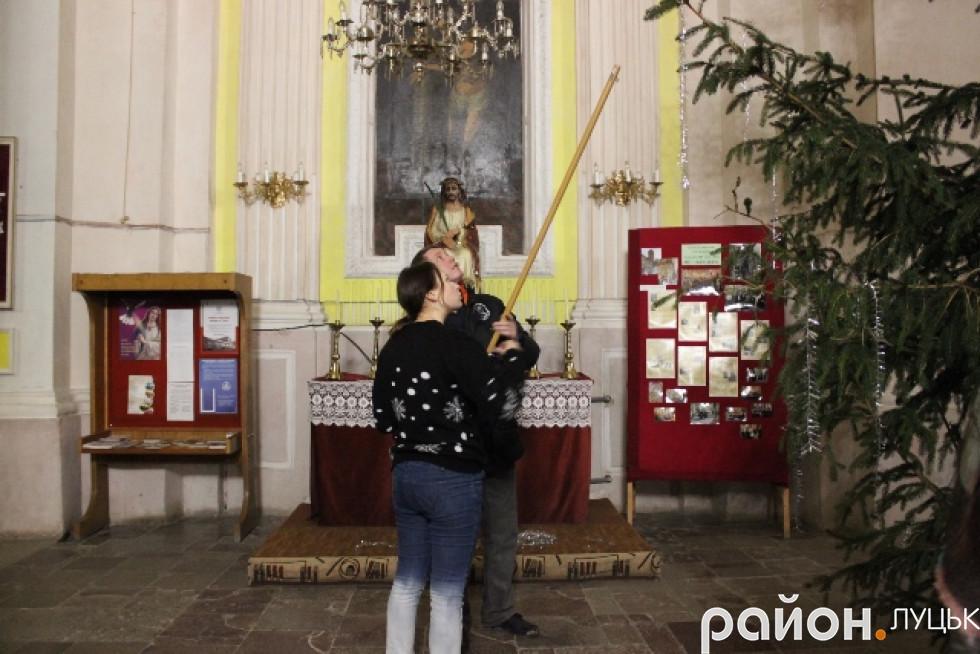 Отець Павло разом з молоддю прикрашає костел