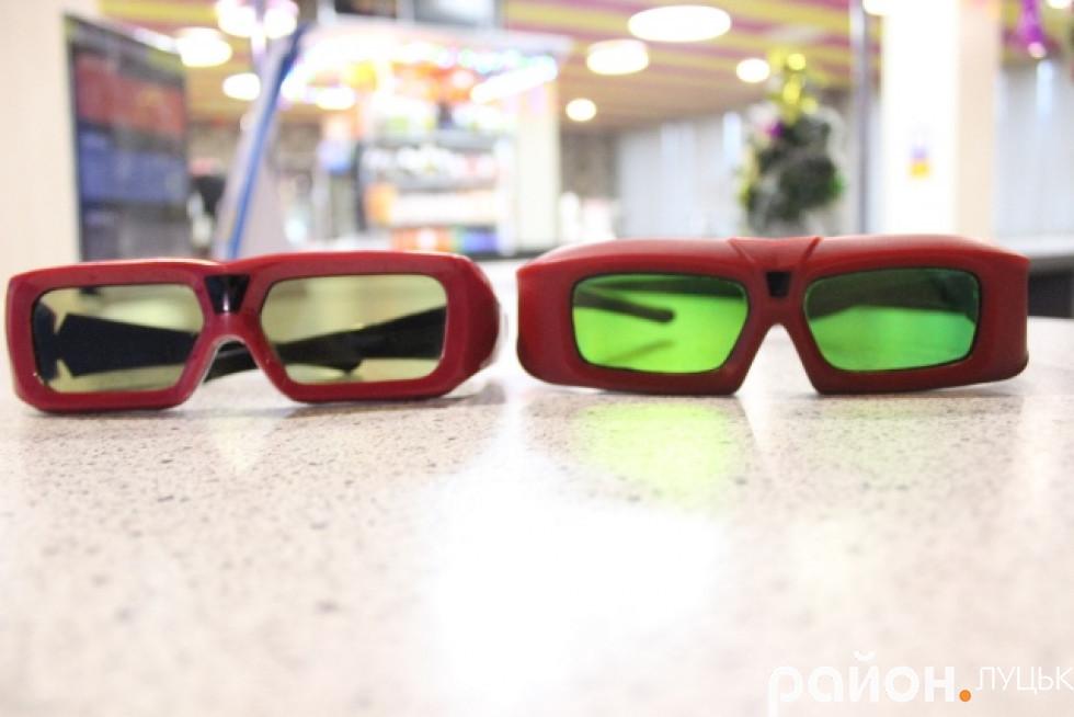 Кінотеатр має активні 3D-окуляри